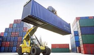 Погрузка контейнеров на судно